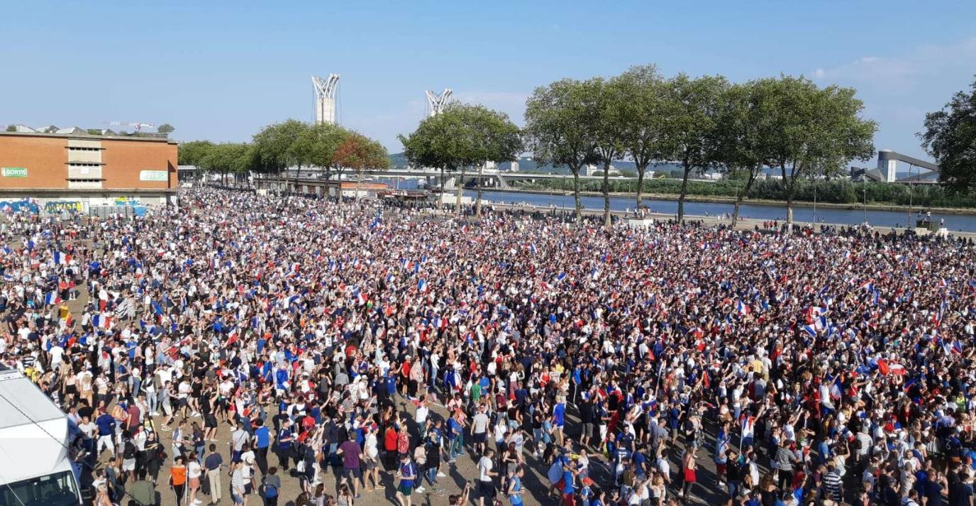 Raz-de-marée sur l'esplanade Saint-Gervais à Rouen : ils sont plus de 30 000 à être venus pour ovationner la victoire des Bleus dans la « fan zone »  - Photo © Métropole Rouen Normandie / Twitter