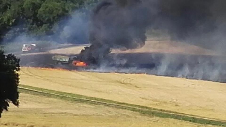 Le feu a détruit un tracteur et 5 ha de chaume - Photo @ F.L. / infonormandie