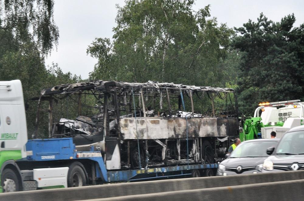 L'autocar à deux niveaux a été entièrement calciné. Ses 42 passagers ont pu être évacués rapidement  et mis à l'abri  -Photo © infoNormandie