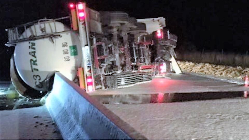 Le camion-citerne s'est renversé à hauteur de Boisney, une partie de sa cargaison de graisse s'est répandue sur la chaussée - Photo © Alis/Twitter
