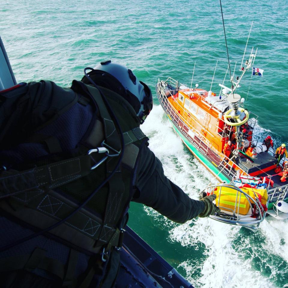 La passagère, victime d'insuffisance respiratoire a été évacuée par l'hélicoptère de la Marine nationale, au large du Havre - Illustration © Préfecture maritime