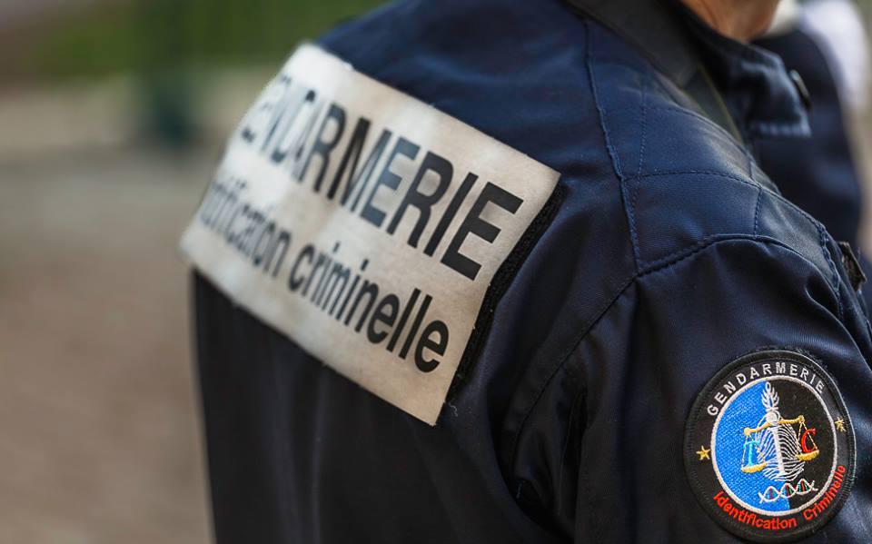 Les gendarmes de la cellule d'identification criminelle de Rouen, spécialisés en police technique et scientifique, ont passé au peigne fin la scène de cambriolage - Illustration