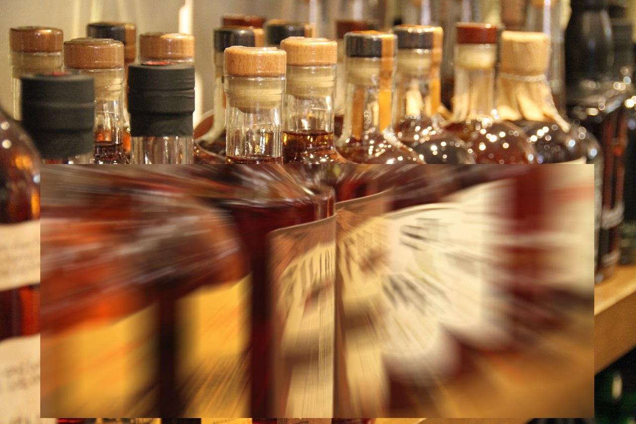 Le voleur, avec la complicité de sa compagne, dérobait des cartons de bouteilles d'alcool fort dans un entrepôt de Système U à Beuzeville - Illustration © Pixabay