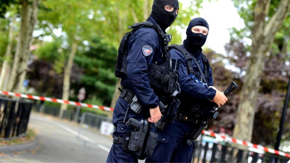 Les services de police locaux ont rapidement pris la situation en main : le quartier de la rue Camille-Claudel a été bouclé et des enfants d'un centre aéré ont été évacués - Photo © DDSP78/Twitter