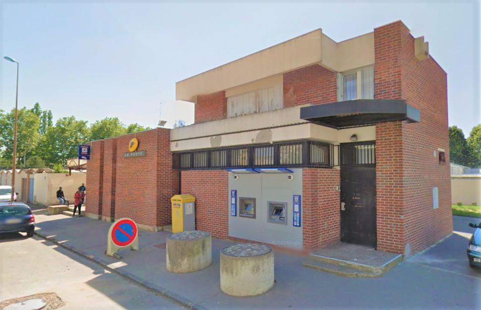 Les cambrioleurs ont découpé les barreaux d'une fenêtre à l'arrière du bureau de poste - Illustration © Google Maps