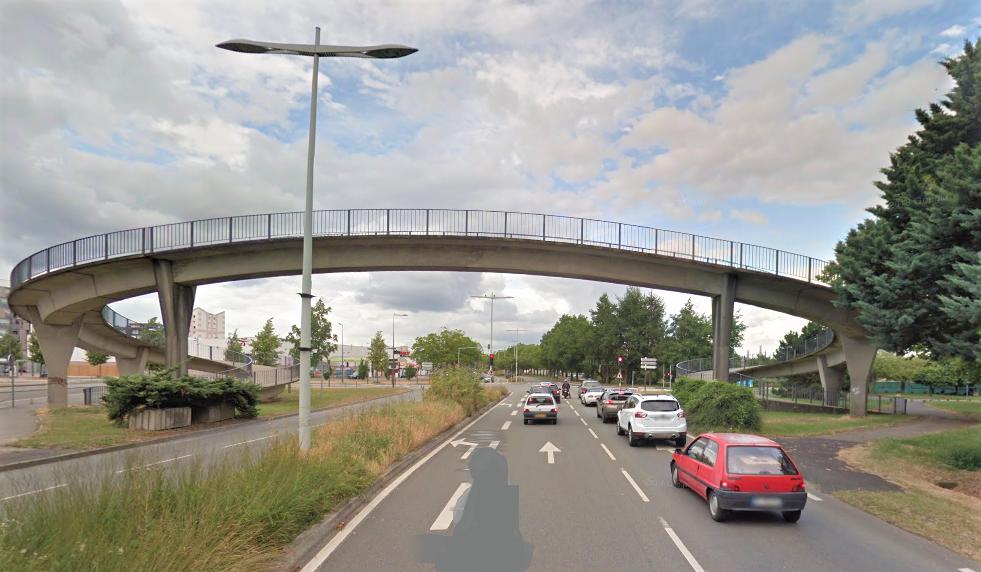 La femme est tombée sur une voiture arrêtée avant l'intersection avec la rue de Russelsheim - Illustration © Google Maps