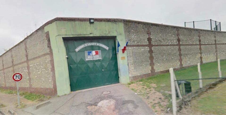 Le jeune suspect a été interpellé dans une voiture près du mur d'enceinte de la maison d'arrêt - Illustration
