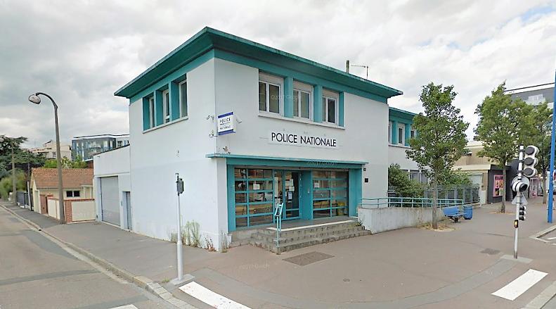 Dans l'attente de la levée de doute, le commissariat a été évacué et un périmètre de sécurité mis en place - Illustration © Google Maps