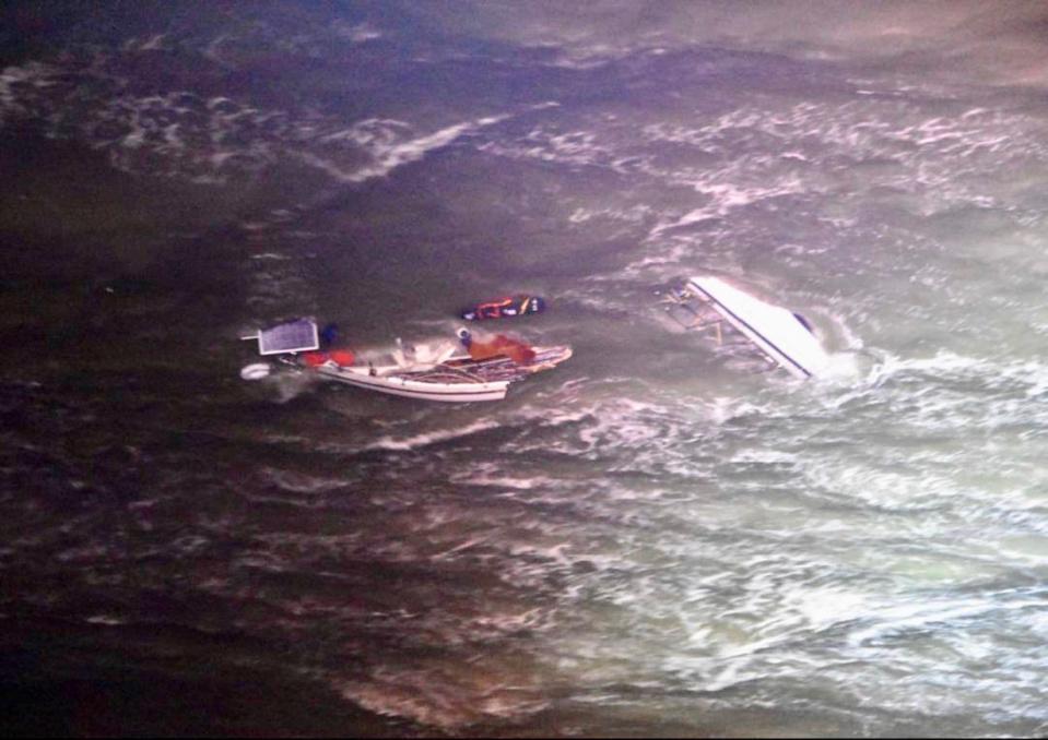 A l'arrivée de l'hélicoptère, le navire était désemparé au milieu des vagues et des rochers - Photo © Préfecture maritime