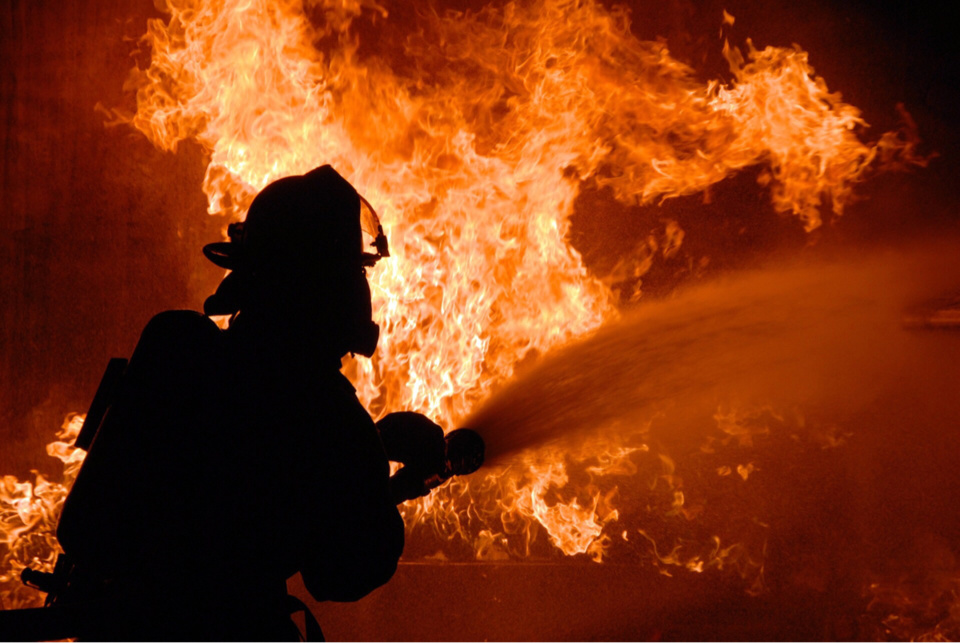 Quatre lances ont été mises en batterie pour circonscrire l'incendie - Illustration © Pixabay