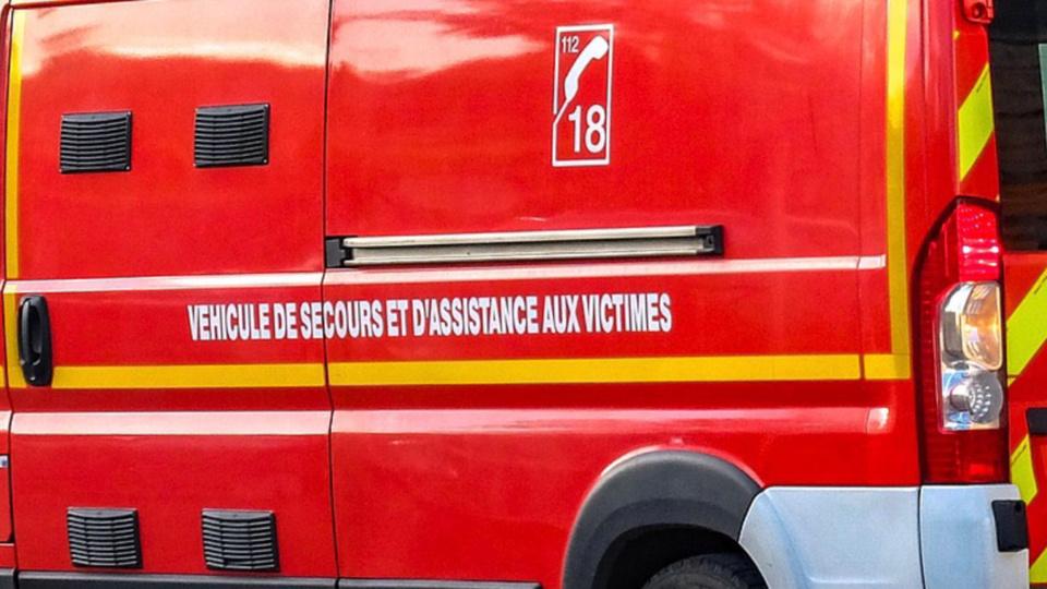 La conductrice a été extraite délicatement par les sapeurs pompiers de son véhicule tombé en contrebas de la route - Illustration