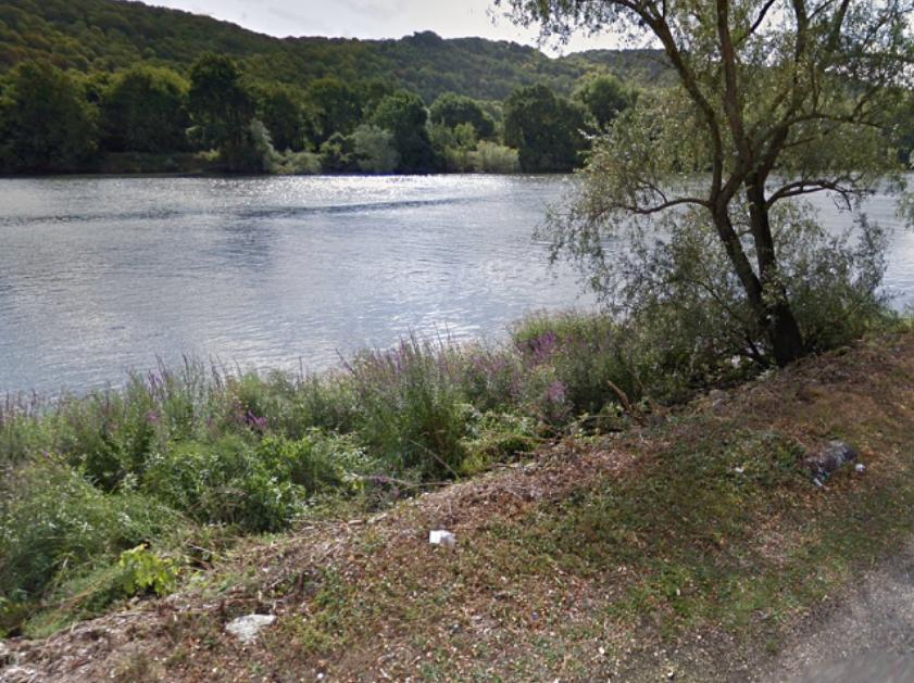Le corps était enveloppé dans une bâche en bordure de la berge du chemin de Halage - Illustration © Google Maps