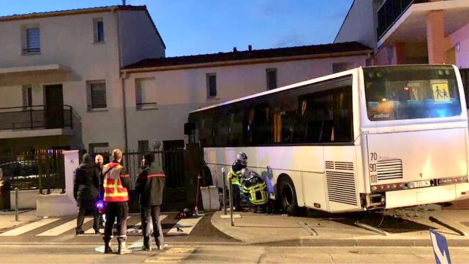 L'autocar a fini sa course dans la façade de l'immeuble entraînant dans sa course une voiture en stationnement qui s'est retrouvée dans la cuisine - Photo @ ville de Chanteloup-les-Vignes / Facebook