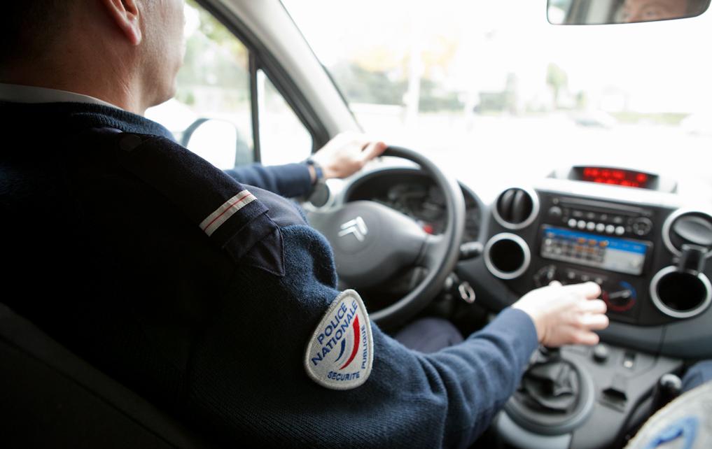 Les policiers en patrouille rue Aimé-Césaire ont remarqué que la BMW n'avait pas de plaque minéralogique à l'avant - Illustration © DGPN