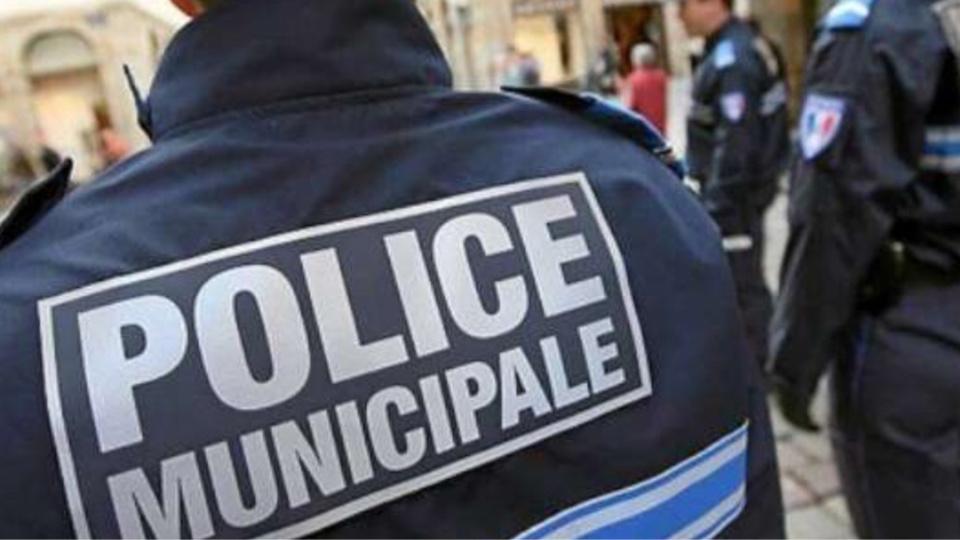 Le policier municipal a reçu des soins à l'hôpital - illustration