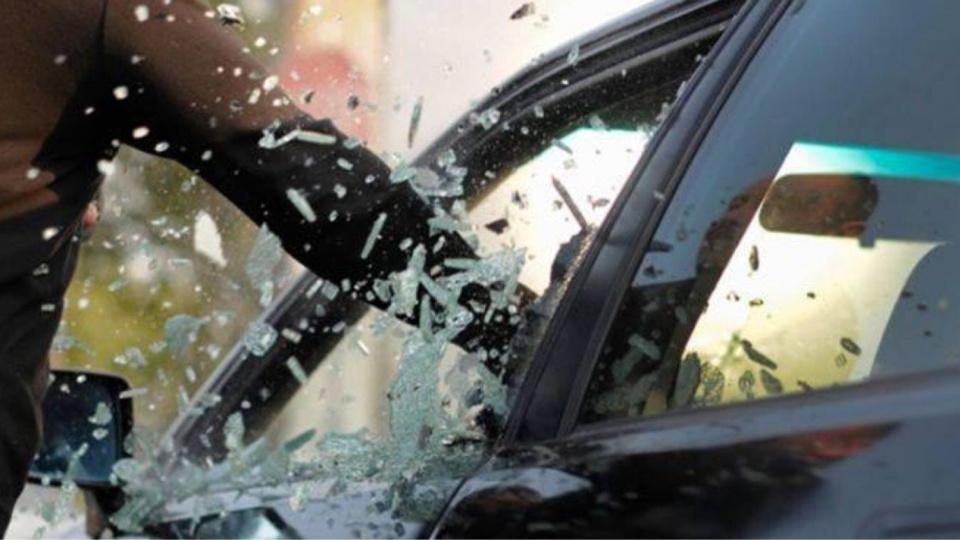 Les voleurs ont brisé le déflecteur pour s'introduire dans le véhicule - illustration