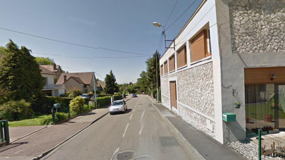Le véhicule a percuté violemment le mur d'un maison en bordure du chemin de Clères - Illustration @ Google Maps
