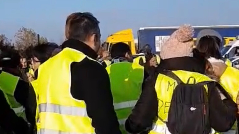 Les Gilets jaunes bloquent depuis ce matin l'accès des camions de ravitaillement au centre commercial Leclerc à Gonfreville-l'Orcher  - illustration © infonormandie