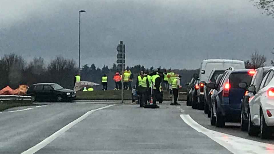 Cet après-midi, au rond-point de la Heunière, entre Pacy-su-Eure et Vernon, une quarantaine de Gilets jaunes ont filtré la circulation sous la surveillance d'une dizaine de gendarmes - Photo @ Infonormandie