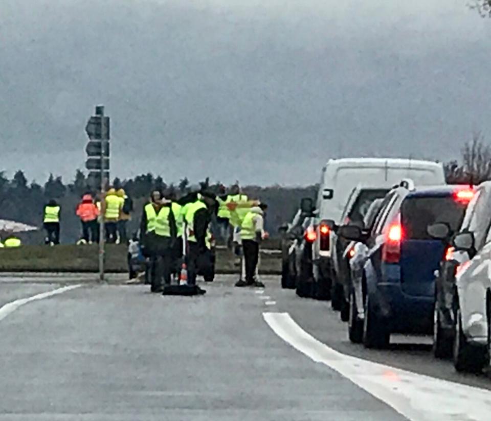 A Douains, sur la D181 entre Pacy-sur-Eure et Vernon, les Gilets jaunes sont présents depuis le début du mouvement - Photo @ Infonormandie