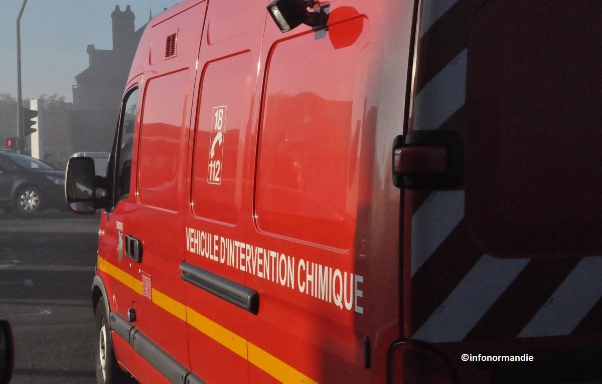 Quelque 1800 litres de fioul que contenait encore la cuve ont été transvasés sous le contrôle des pompiers -  llustration © infonormandie