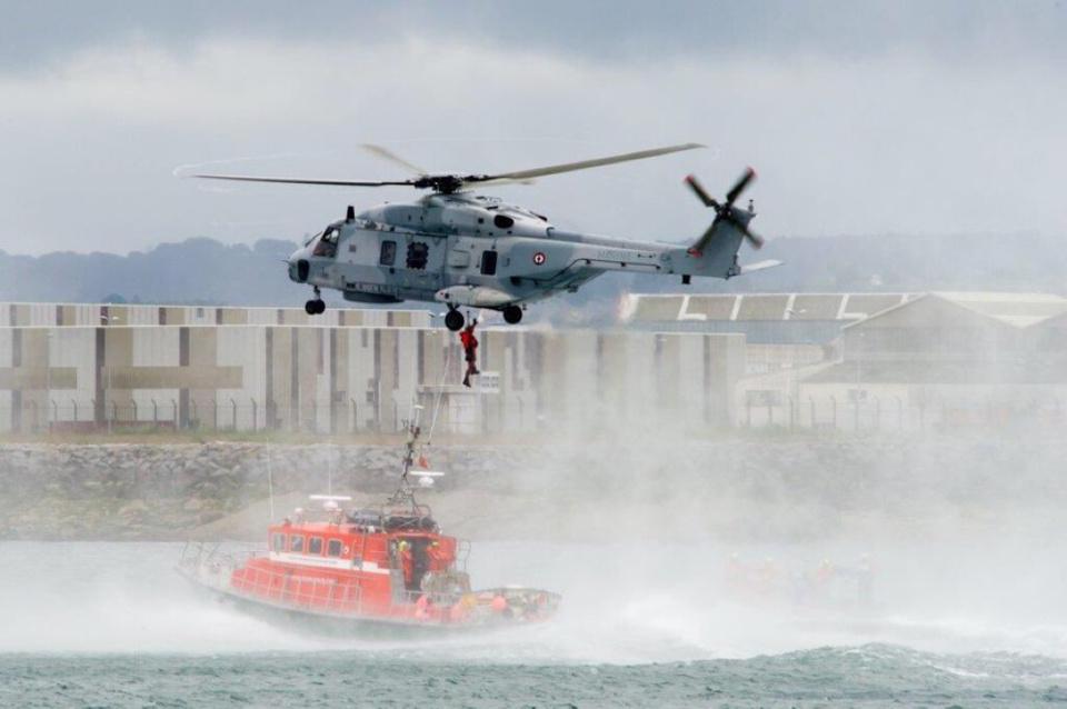 Les deux personnes en difficultés ont été hélitreuillées à bord de l'hélicoptère de la Marine nationale - Illustration © Préfecture maritime