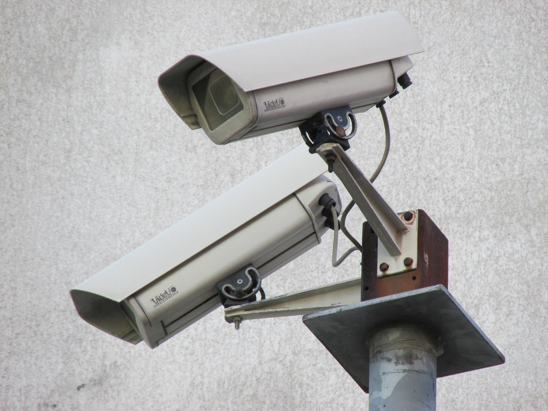 """Les deux suspects ont incendié des poubelles sous le """"regard"""" des caméras de videoprotection - Illustration © Pixabay"""