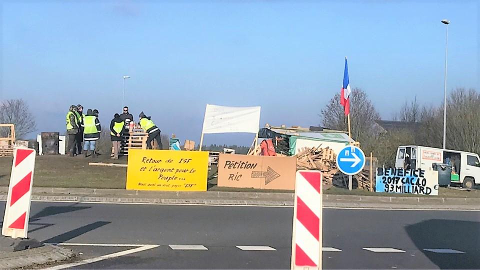 A Douains, entre Pacy-sur-Eure et Vernon, une poignée de Gilets jaunes continue d'occuper le rond-point près de l'autoroute A13 - Illustration © infonormandie