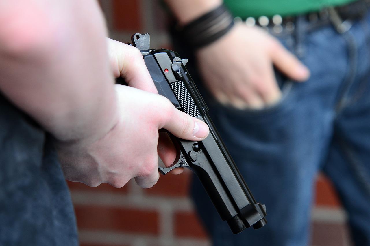 Armé d'un pistolet à grenailles, il s'est introduit dans un appartement et a menacé les convives réunis pour le réveillon du Nouvel An - Illustration © Pixabay