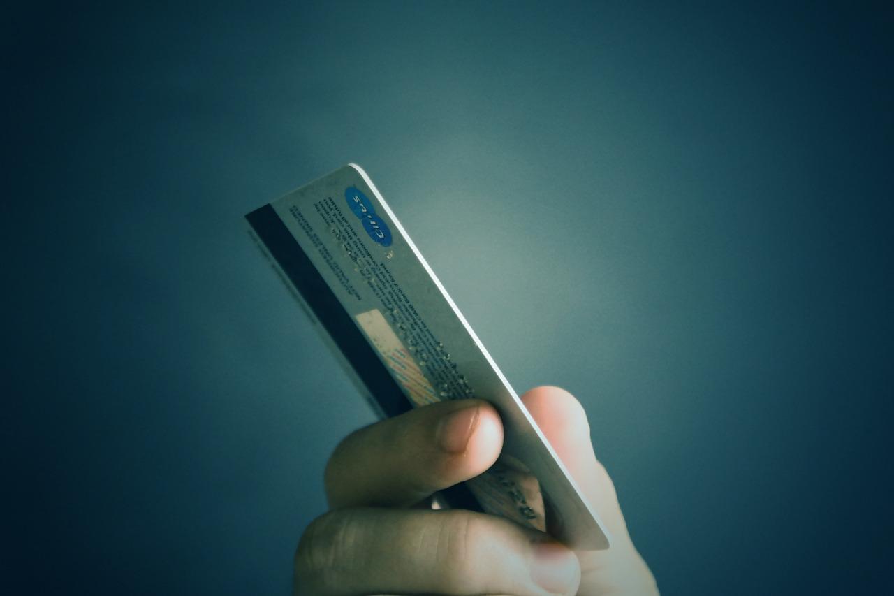 Le jeune homme a réglé des achats dans deux magasins de Bernay avec les cartes bancaires dérobées dans l'enceinte de l'entreprise - Illustration © Pixabay