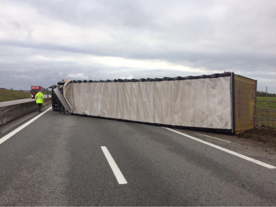 LKe poids-lourd s'est couché en travers des voies. Les circonstances de l'accident sont indéterminées - Photo © Alis/Twitter