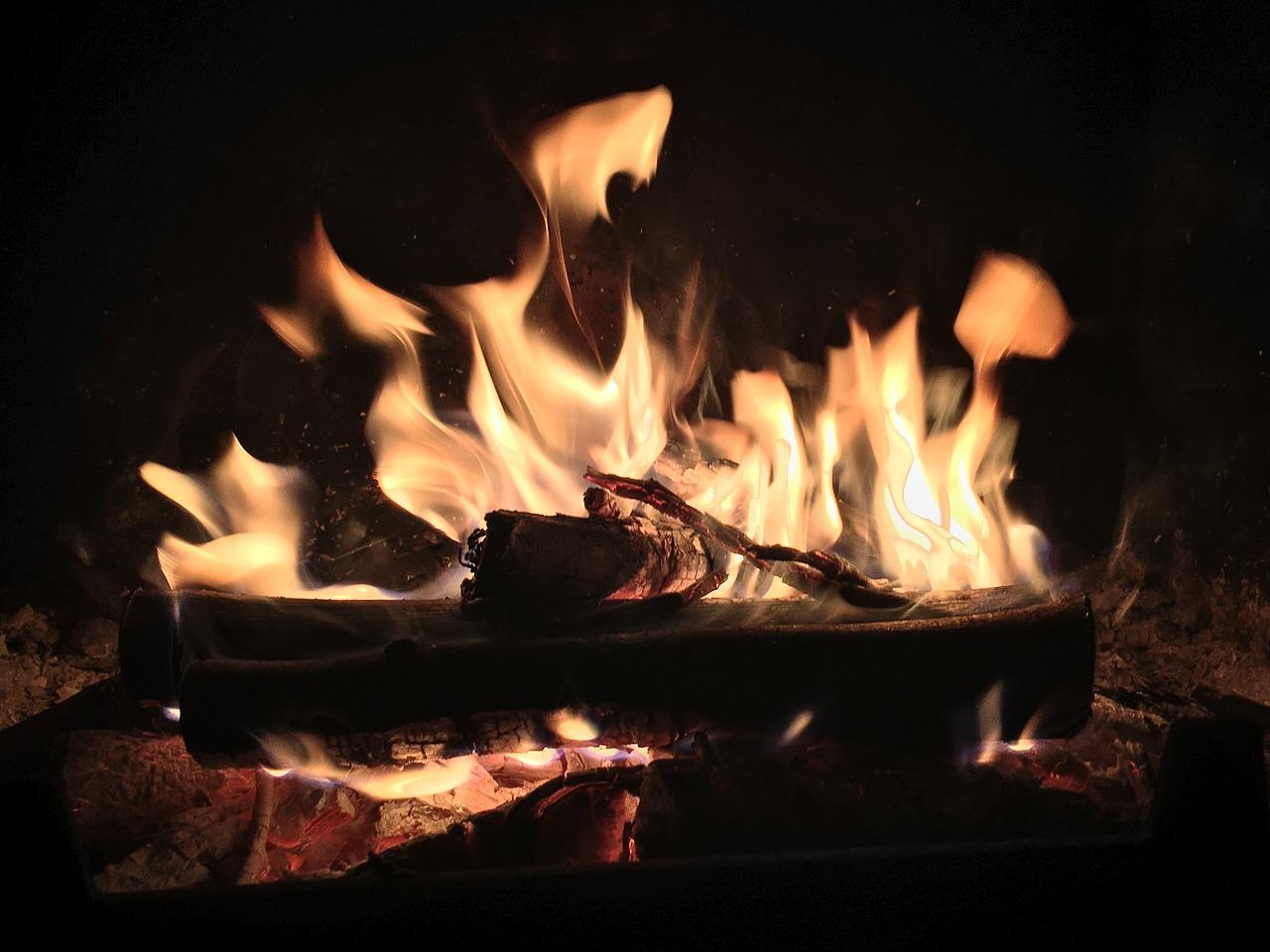 En jetant de l'alcool à brûler dans le foyer, le jeune homme a provoqué un retour de flamme qui a enflammé ses vêtemets  - Illustration © Pixabay