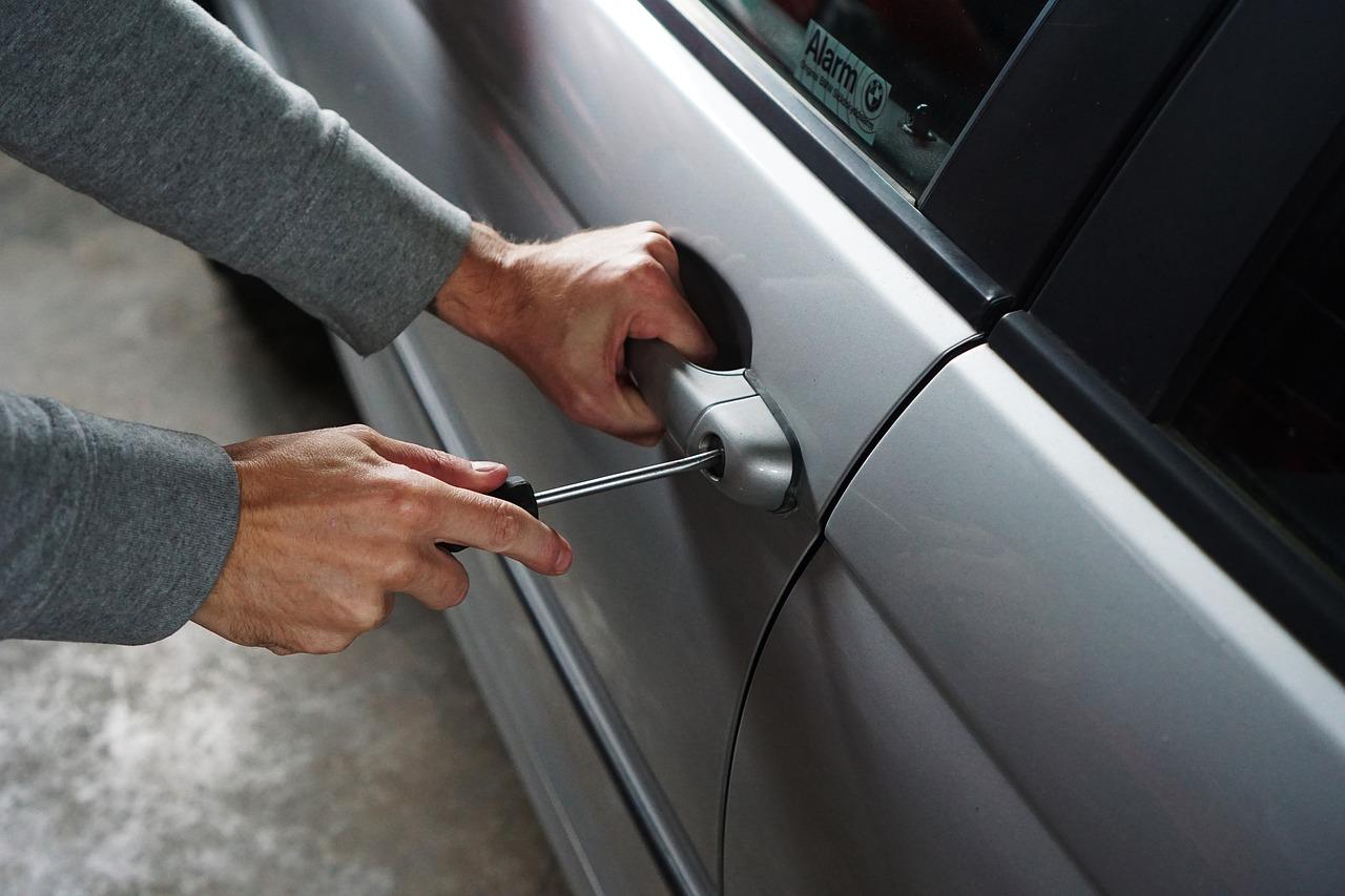 Les roulottiers ont fracturé les serrures pour pénétrer et fouiller l'intérieur des véhicules - Illustration © Pixabay