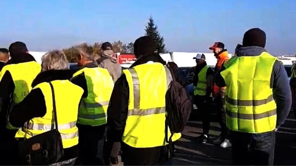 """Depuis le début du mouvement, le 17 novembre dernier, les """"gilets jaunes"""" mènent de manière ponctuelle des actions (barrage filtrant, péage gratuit...) à la barrière de péage de Mantes-Buchelay, sur l'A 13"""