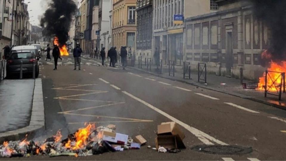 """Poubelles incendiées, vitrines de magasins cassées, jets de projectiles et affrontements avec les forces de l'ordre : chaque samedi, le centre-ville de Rouen reproduit ces mêmes images de violences depuis le début du mouvement des """"gilets jaunes"""" - Illustration © DDSP76/Twitter"""
