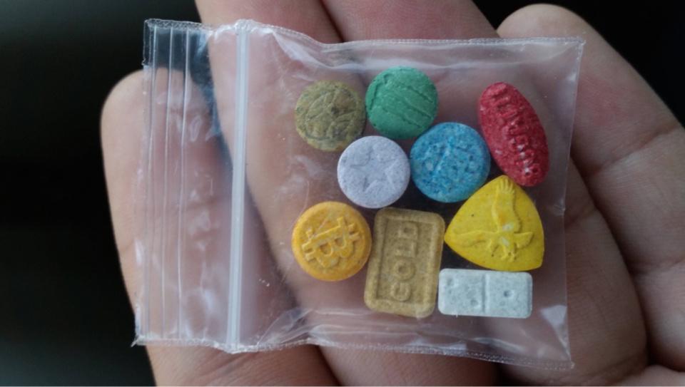 Sur le conducteur, les policiers ont découvert cinq produits stupéfiants différents, dont des cachets d'ecstasy et de MDMA - Illustration