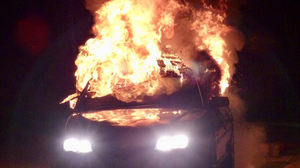 Le feu de voiture s'est propagé à un compteur à gaz qui s'est enflammé - Illustration