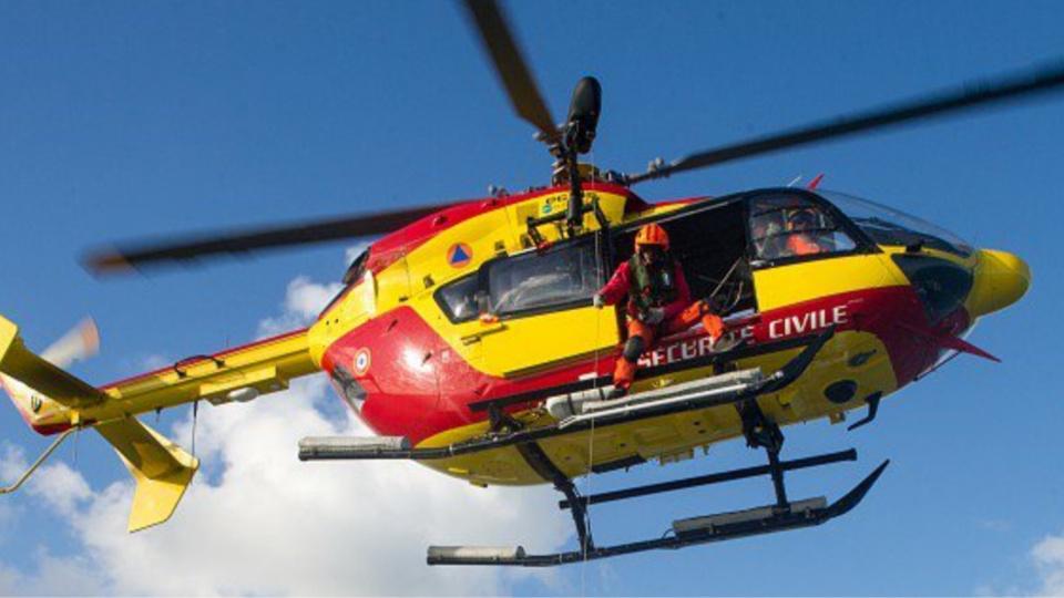 L'hélicoptère de la sécurité civile a dû hélitreuiller une femme âgée, un enfant, deux sauveteurs de la SNSM et un policier - Illustration © Prémar