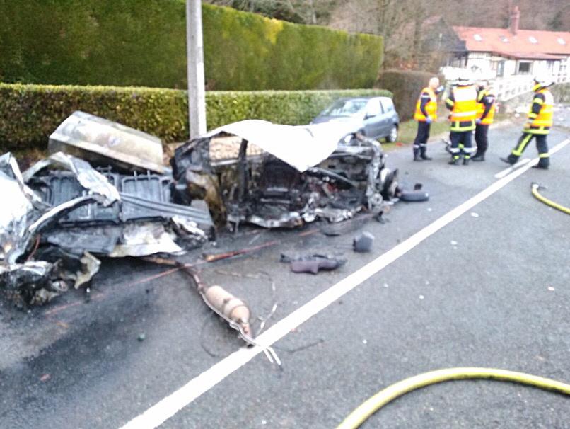 La 407 a été complètement disloquée sous la violence du choc. Le passager est mort sur le coup éjecté. Le conducteur, coincé dans le véhicule en flammes, a été sauvé grâce à l'intervention d'un riverain - Photo © D.R.