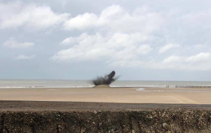 Les munitions ont été détruites jeudi après-midi sur la plage par les plongeurs démineurs - Photos @ Marine nationale