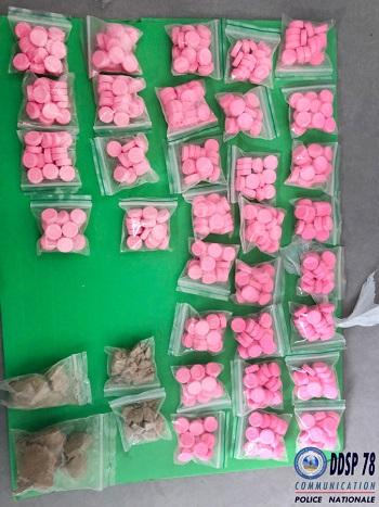 38 grammes de résine de cannabis, 29 grammes d'héroïne, 510 cachets d'ecstasy et des téléphones portables ont été saisis lors des perquisitions - Photo © DDSP78