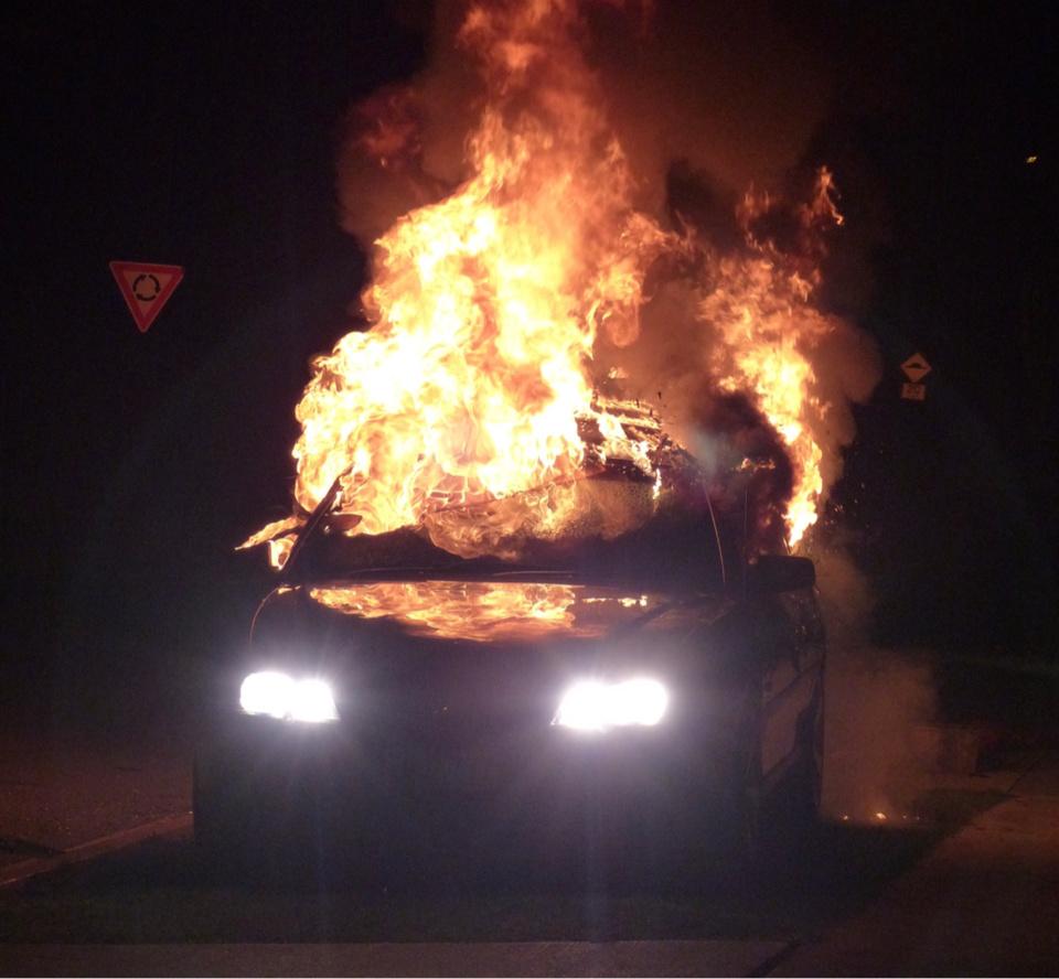Les occupants de la Clio y ont mis le feu après l'avoir encastrée dans le pilier du portail d'une maison - illustration © Pixabay