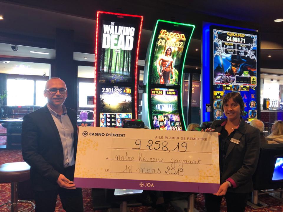 Un des chanceux gagnants - Photo @ Casino JAO reçoit son chèque