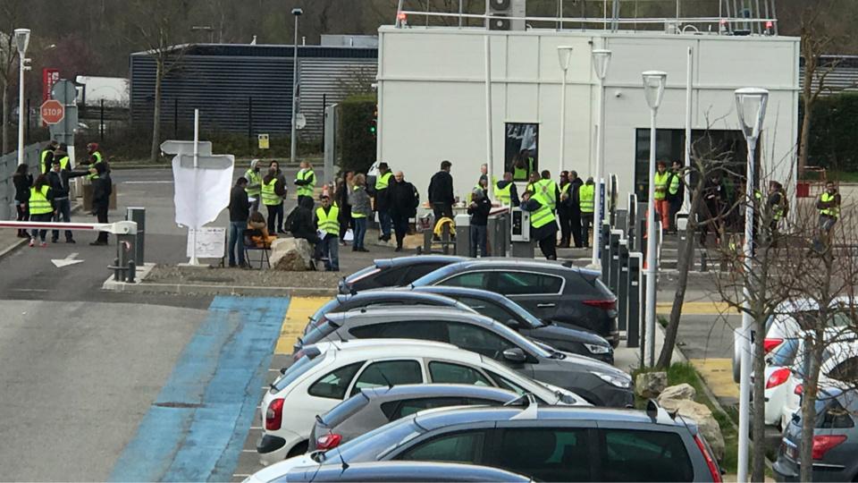 Entre trente et soixante «gilets jaunes» ont occupé l'entrée et la sortie du parking de l'hôpital - Photo @ S.L. / infonormandie