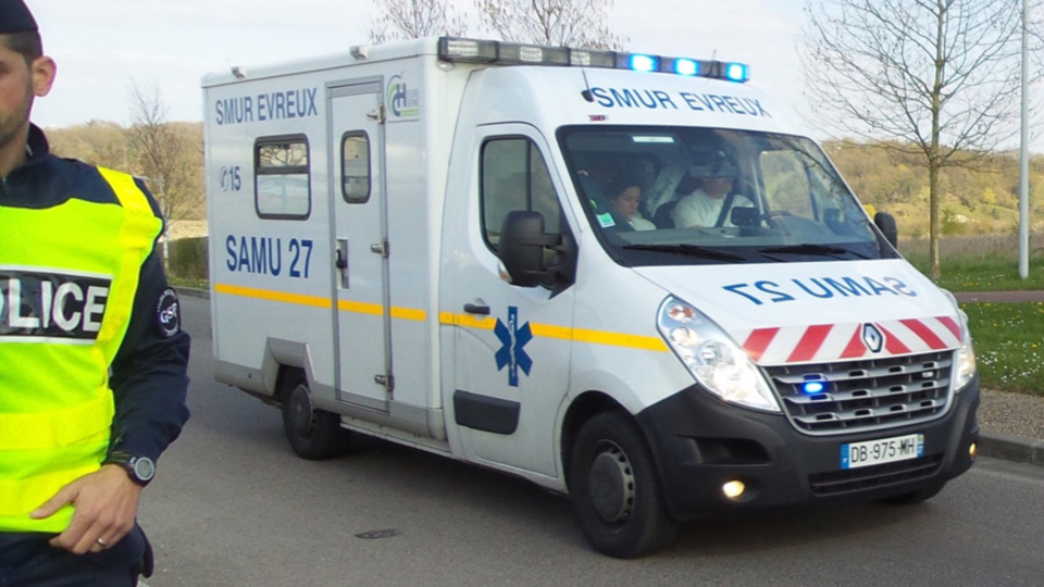 Le chauffeur du poids lourd a été transporté à l'hôpital d'Evreux en urgence absolue - illustration © infonormandie