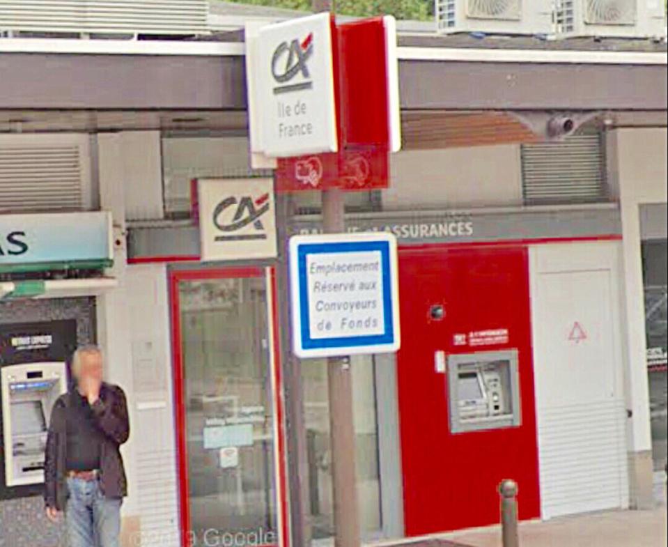 L'employée était en train de compter les billets dans un local de la banque - Illustration @ Google Maps