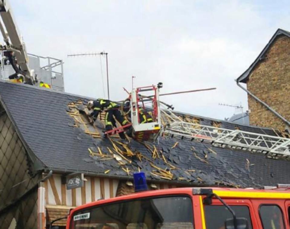 Les sapeurs-pompiers ont été contraints d'ouvrir une brèche dans le toit pour attaquer le feu qui menaçait de se propager - Photos @ DR pour infonormandie