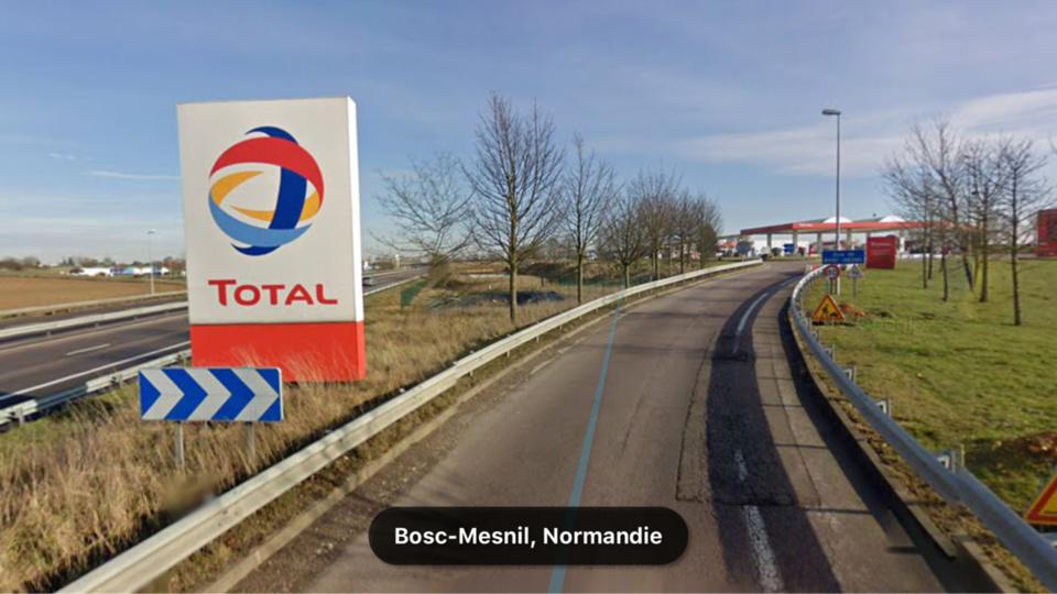 Les quatre iraniens ont été découverts dans un camion arrêté sur le parking de la station Total, sur l'A28 - Illustration @ Google Maps