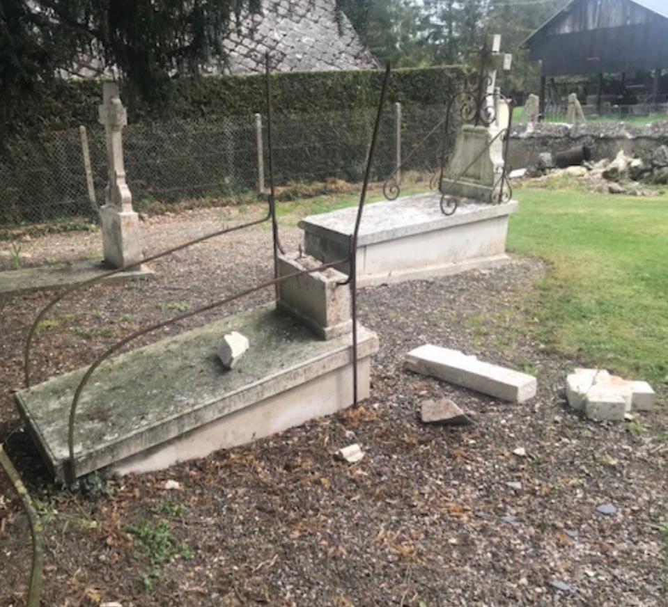 Les croix en pierre de quatre sépultures ont été descellées et jetées au sol