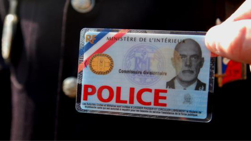Les deux inconnus ont exhibé de fausses cartes de police - Illustration @ Police/Twitter